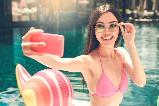 Giovane donna in piscina rest