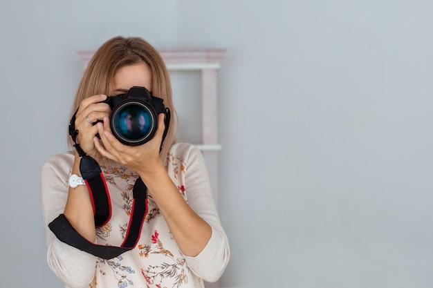 Giovane donna che scatta foto