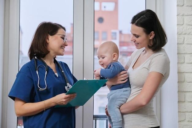 Giovane donna che parla con il medico del suo bambino