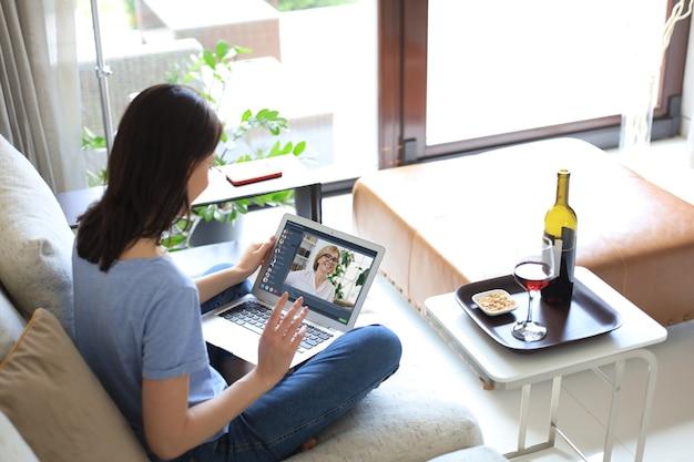 Giovane donna che parla con la sua amica in video chat.