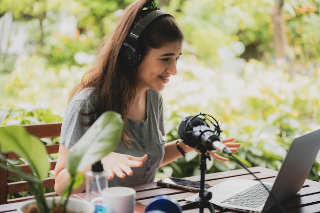 Giovane donna che parla con videoconferenza a casa, tecnologia di comunicazione remota online per chiamare tramite computer portatile sul cyberspazio, stile di vita di una persona femminile felice di lavorare e tenersi lontana isolata