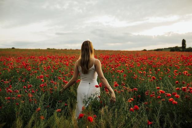 Giovane donna in abito bianco tenero che celebra la libertà