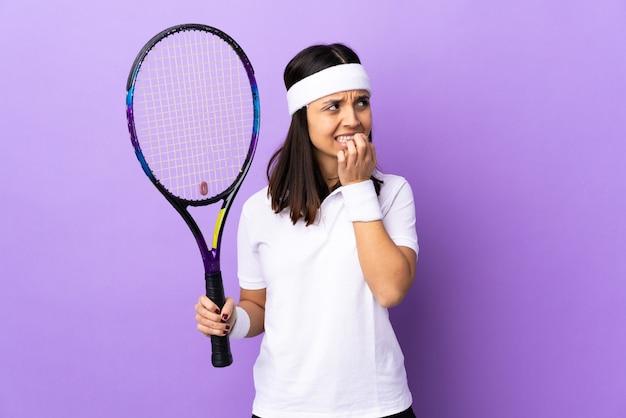 Giocatore di tennis della giovane donna isolato