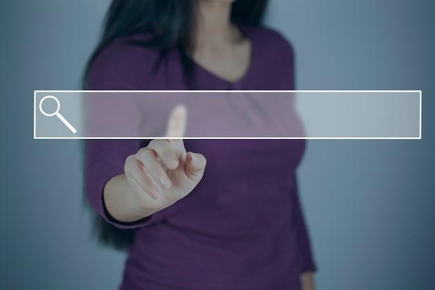 Giovane donna che tocca nello schermo