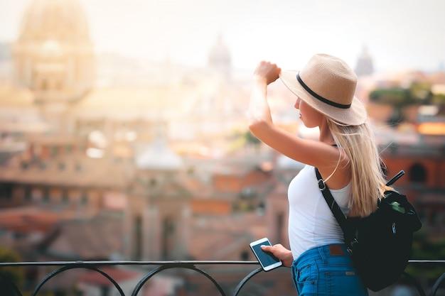 Turista della giovane donna con lo zaino che esplora la nuova città europea