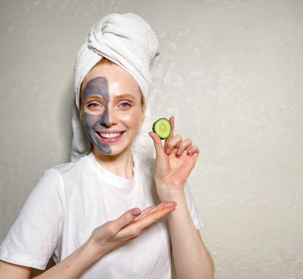 Giovane donna in un asciugamano sulla sua testa