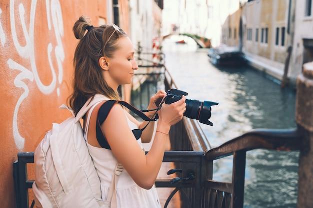 Giovane donna viaggia in italia vacanza in europa ragazza gode di una splendida vista a venezia