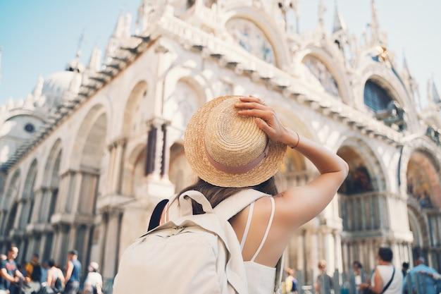 Giovane donna in viaggio in italia vacanza in europa la ragazza gode di una splendida vista a venezia