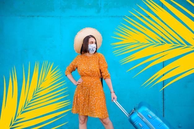 Giovane donna in viaggio durante il suo viaggio estivo