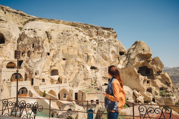 Giovane donna che viaggia nel villaggio turco urgup