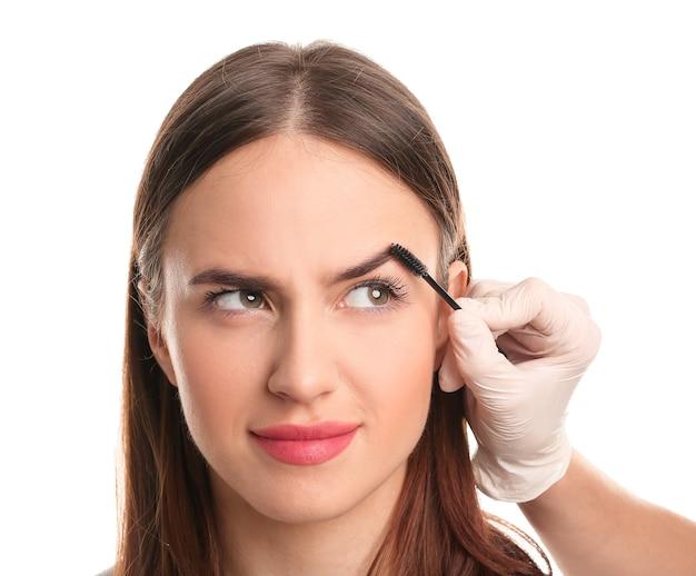 Giovane donna sottoposta a procedura di correzione del sopracciglio isolata Foto Premium