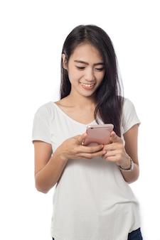 Giovane donna utilizzando smart phone isolato su bianco