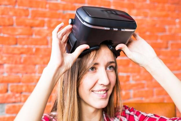 Giovane donna che usa il visore per realtà virtuale