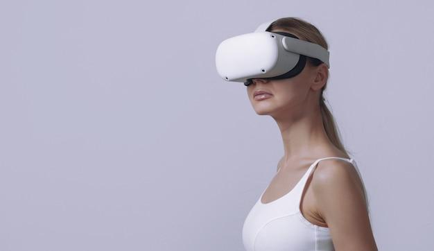 Giovane donna in casco vr sulla sua testa su sfondo chiaro