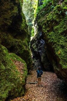 Una giovane donna che cammina nel canyon del parco naturale di los tinos, sulla costa nord-orientale