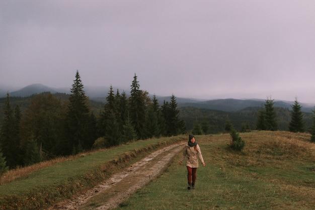 Giovane donna che cammina in montagna