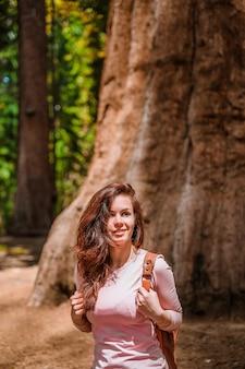 Una giovane donna cammina nel pittoresco sequoia national park usa