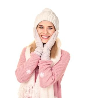 Giovane donna in abiti caldi su bianco. pronti per le vacanze invernali