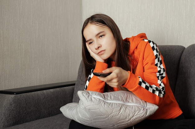 Giovane donna che guarda la tv, addormentarsi dalla noia