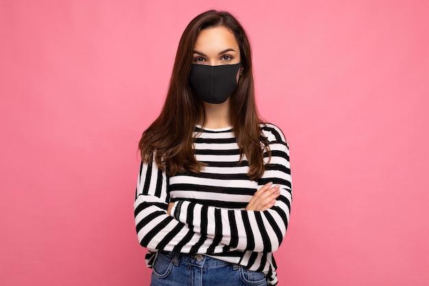 Giovane donna che indossa una maschera di protezione antivirus per impedire ad altri di corona covid e sars cov