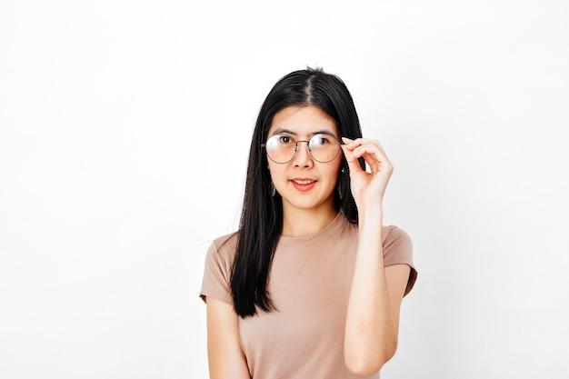 Giovane donna che indossa gli occhiali, sorridendo