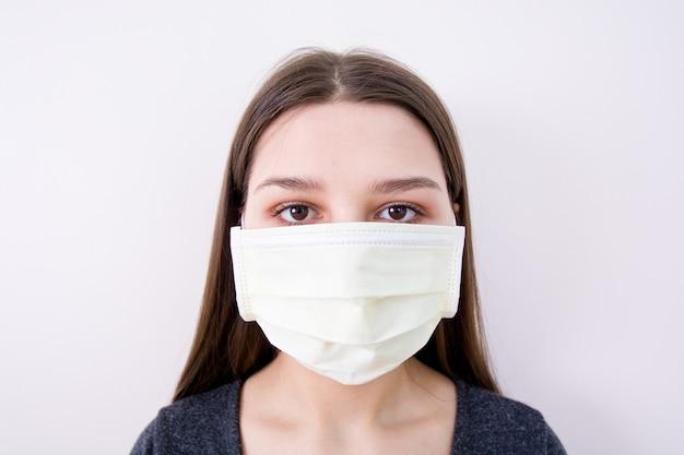 La giovane donna indossa una maschera.