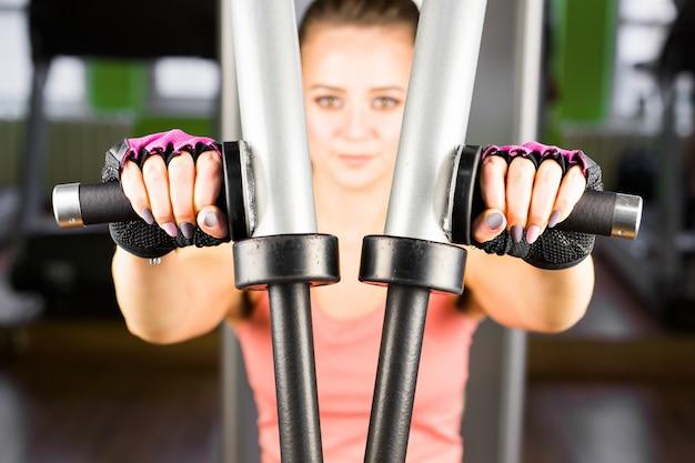 Allenamento con i pesi giovane donna