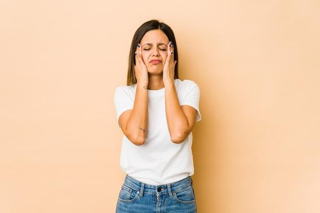 Giovane donna che si lamenta e piange sconsolata.
