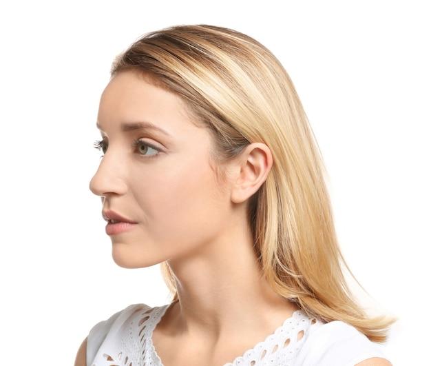 Giovane donna su bianco. problema di udito