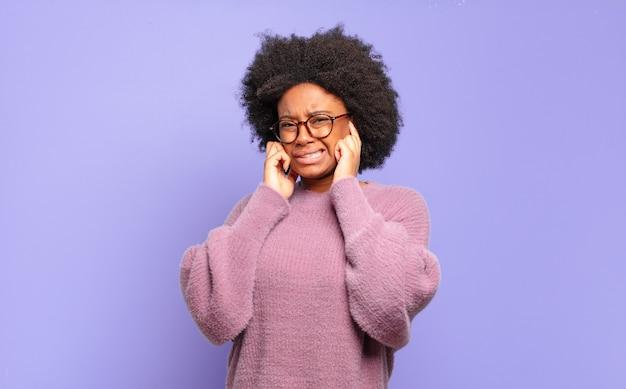 Giovane donna con acconciatura afro