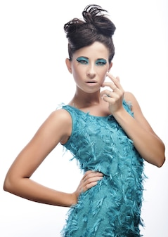Giovane donna con incredibile acconciatura in abito blu Foto Premium