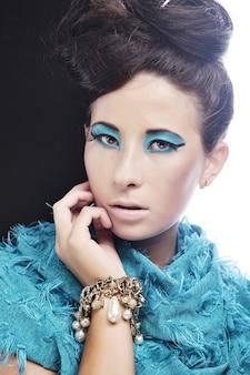 Giovane donna con incredibile acconciatura in abito blu