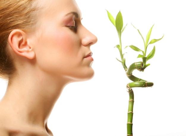 Giovane donna con bambù