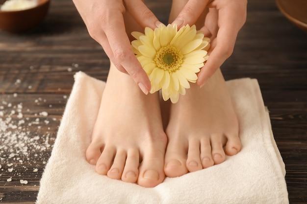 Giovane donna con bella pedicure e manicure dopo il trattamento nel salone della stazione termale