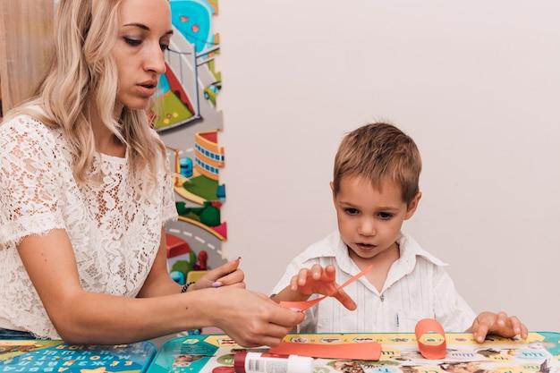 Giovane donna con ragazzo incolla il mestiere