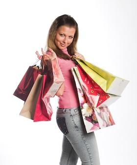 Giovane donna con borse della spesa colorate