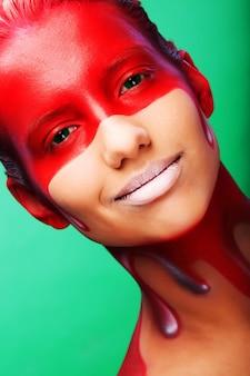 Giovane donna con faccia-arte creativa