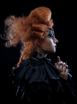Giovane donna con acconciatura creativa e make up. tema di halloween.