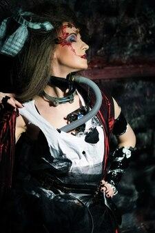 Giovane donna con trucco creativo. tema di halloween. tema degli zombi. Foto Premium