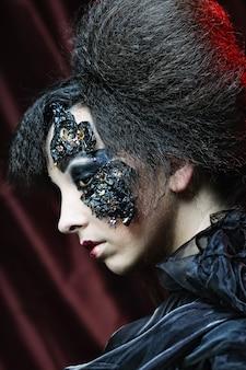 Giovane donna con trucco creativo. tema di halloween.