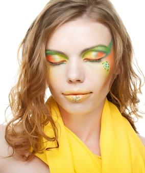 Giovane donna con trucco creativo.