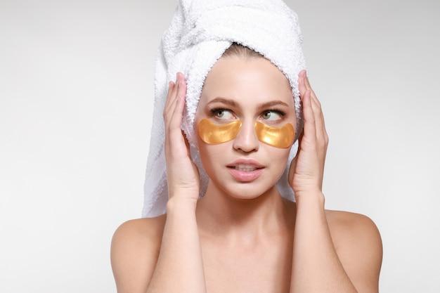 Giovane donna con le bende sotto gli occhi Foto Premium