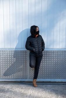 Giovane donna con maschera facciale all'esterno