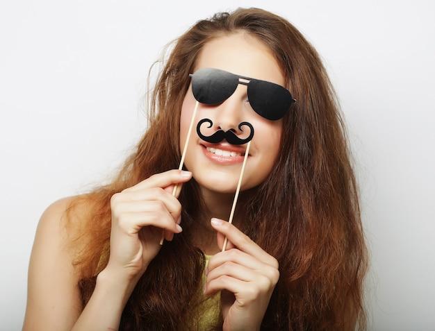 Giovane donna con baffi finti