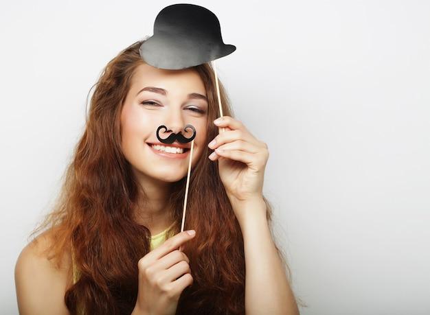 Giovane donna con baffi finti. pronto per la festa.