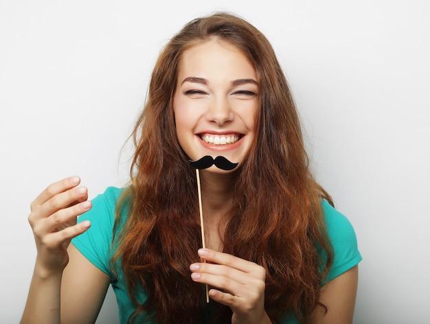 Giovane donna con baffi finti. pronto per la festa. Foto Premium