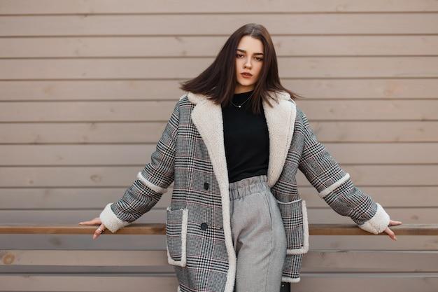 Giovane donna con abito di moda sulla strada