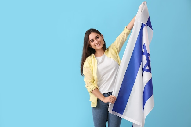 Giovane donna con la bandiera di israele su colore