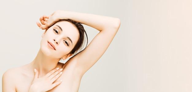 Giovane donna con un buon ritratto di bellezza della pelle naturale