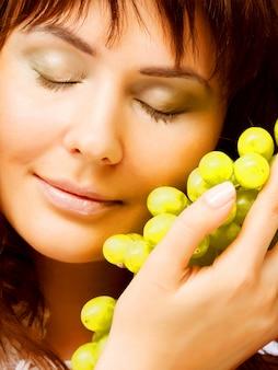 Giovane donna con uva verde